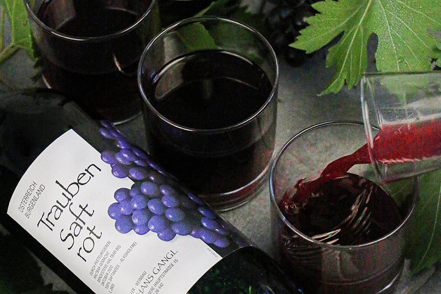 Gangl Traubensaft-Flasche rot und Gläser