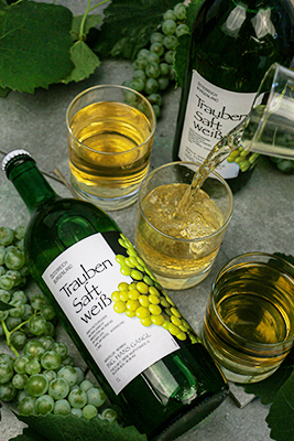 Gangl Traubensaft-Flasche weiß wird in Gläser gefüllt